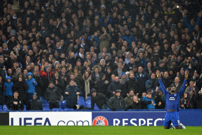 Lukaku celebra golo marcado no Goodison Park • epa04659863 Everton's Romelu Lukaku celebrates scoring a goal making the score 2-1 during the UEFA Europa League round of 16 first leg soccer match between Everton and Dynamo Kiev at the Goodison Park in Liverpool, Britain, 12 March 2015.  • EPA/PETER POWELL