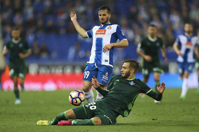 Pablo Piatti (C) disputa a bola no Espanyol-Betis • epa05881722 RCD Espanyol's Argentinian midfielder Pablo Piatti (C) fights for the ball with his countryman, defender German Pezzella (R) of Real Betis during their Primera Division soccer match played at RCDE STADIUM of Cornella-El Prat, Barcelona, Spain on 31 March 2017.  • EPA/ALEJANDRO GARCIA