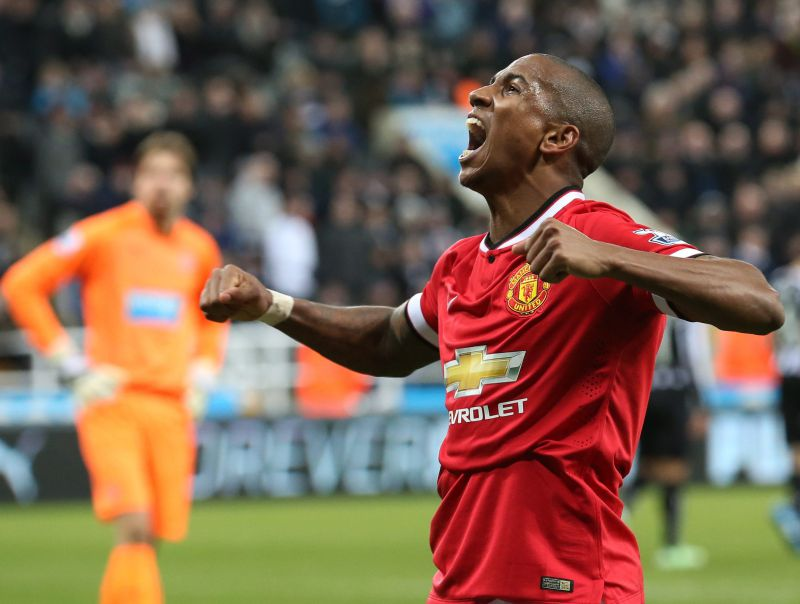 Ashley Young renova com o Manchester United até 2020