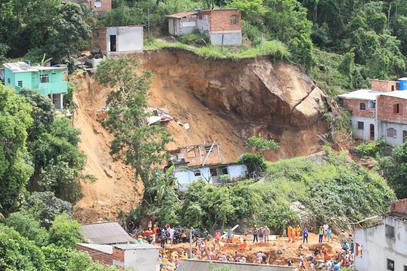 Resultado de imagem para AMÉRICA DO SUL | Nove mortos e 11 feridos em deslizamento de terra no Rio de Janeiro