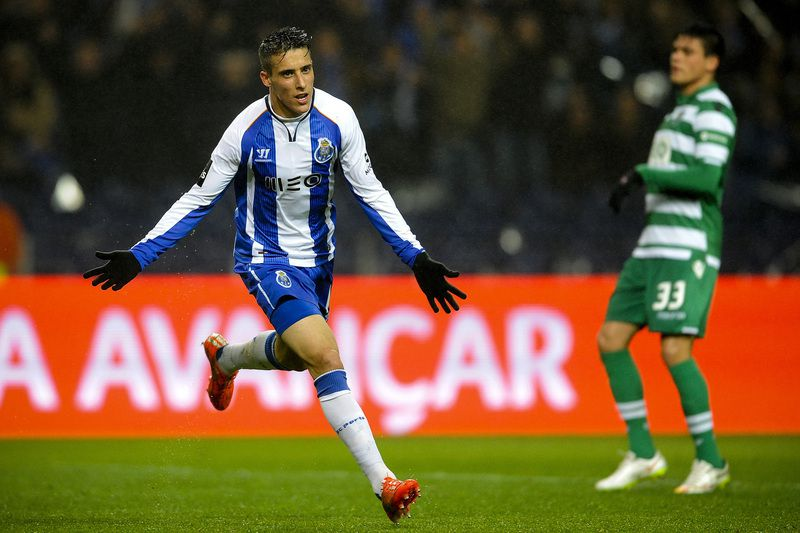Tello abre o marcador no Dragão • FC Porto's Spanish forward, Cristian Tello celebrates after scoring a goal against Sporting during their Portuguese First League soccer match held at Dragao stadium in Porto, Portugal, 1 March 2015. • FERNANDO VELUDO / LUSA