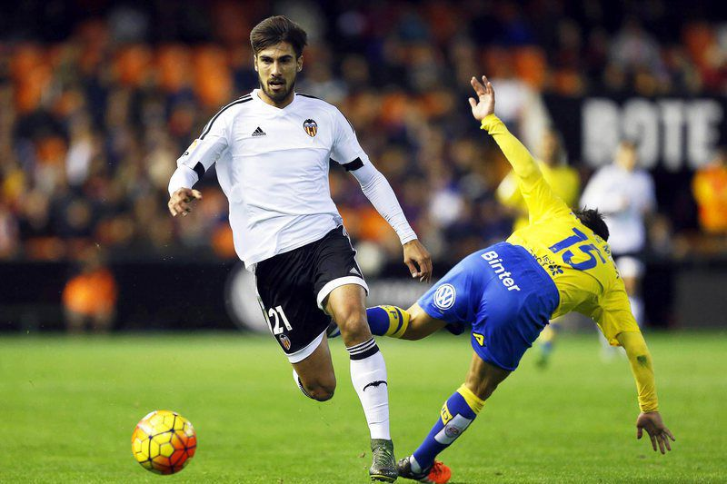 André Gomes (E) disputa a bola com Roque Mesa (D), do Las Palmas • Andre Gomes (L) in action against Las Palmas' Roque Mesa (R) during the Spanish Primera Division soccer match between Valencia CF and UD Las Palmas at Mestalla stadium in Valencia, eastern Spain, 21 November 2015.  • EPA/KAI FOERSTERLING