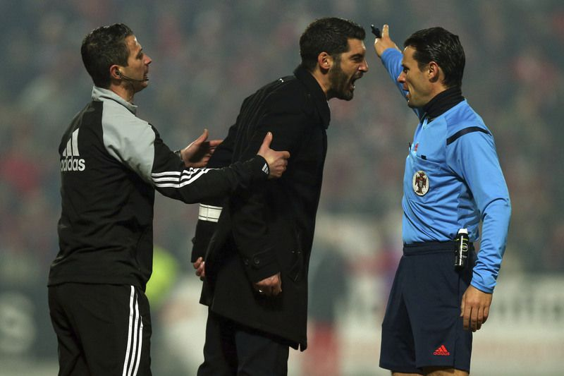 Paulo Fonseca discute com Bruno Paixão • Paços de Ferreira head coach Paulo Fonseca (C) argues with the referee Bruno Paixão (R) after been expelled during the Portuguese First League soccer match with Benfica at Mata Real stadium in Paços de Ferreira, 26 January 2015.  • ESTELA SILVA/LUSA