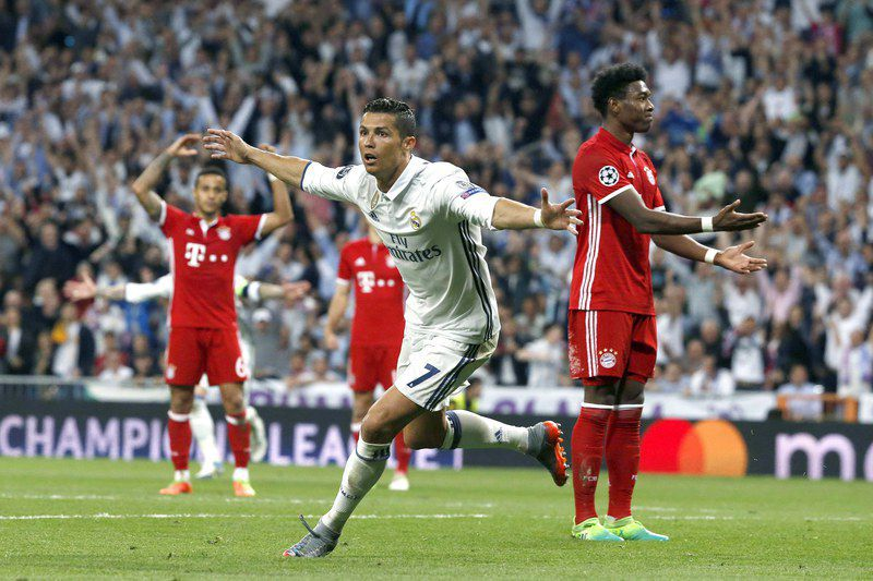 Real Madrid vs Bayern Munich • epa05914132 Real Madrid's Portuguese striker Cristiano Ronaldo (C) celebrates his second goal against Bayern Munich during the UEFA Champions League quarter final, second leg soccer match between Real Madrid and Bayern Munich at Santiago Bernabeu stadium in Madrid, Spain, 18 April 2017.  EPA/KIKO HUESCA • Lusa