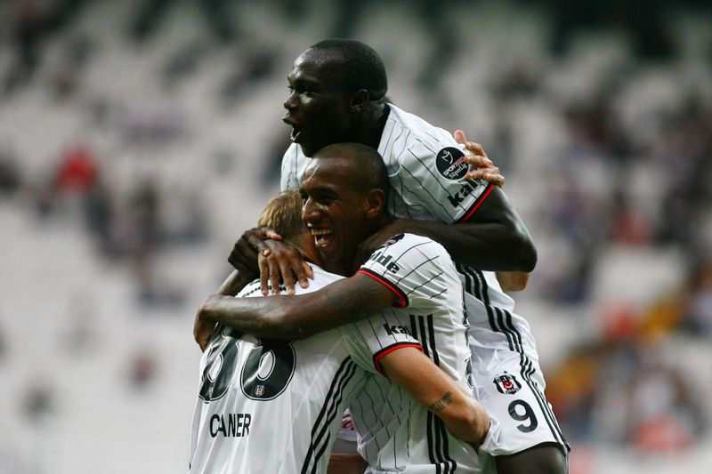 Aboubakar e Talisca celebram um golo do Besiktas • Aboubakar e Talisca celebram um golo do Besiktas. • Besiktas J.K.