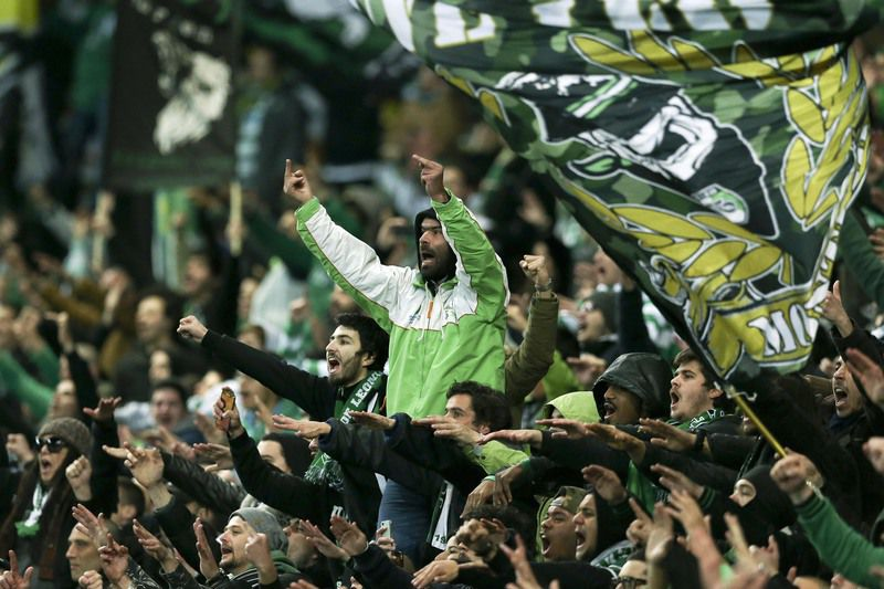 Sporting vs Benfica • Sporting's supporters cheer during the Portuguese First League soccer match between Sporting and Benfica held at Alvalade stadium in Lisbon, Portugal, 05 March 2016. MANUEL DE ALMEIDA/LUSA • Lusa