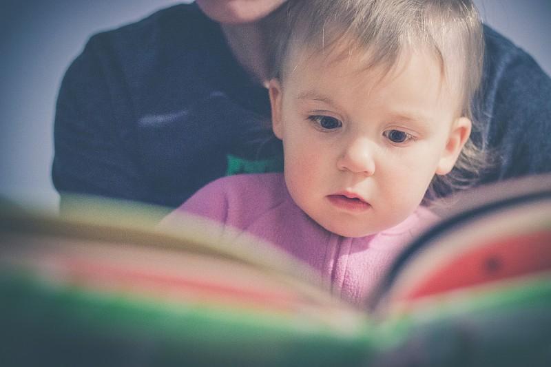 Resultado de imagem para pais ler deitar