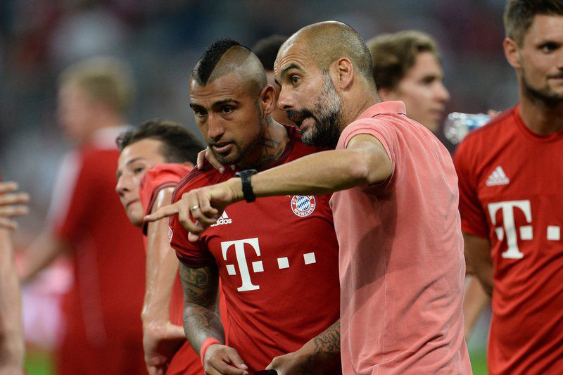 Audi Cup - Bayern Munich vs Real Madrid • epa04873517 Munich's head coach Pep Guardiola (r) talks to his player Arturo Vidal after the Audi Cup final soccer match FC Bayern Munich vs Real Madrid in Munich, Germany, 05 August 2015.  EPA/ANDREAS GEBERT • Lusa