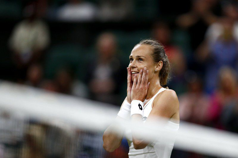 Magdalena Rybarikova festeja passagem às meias-finais do Wimbledon • epaselect epa06081950 Magdalena Rybarikova of Slovakia celebrates winning against Coco Vandeweghe of the USA during their quarter final match for the Wimbledon Championships at the All England Lawn Tennis Club, in London, Britain, 11 July 2017.  • EPA/NIC BOTHMA