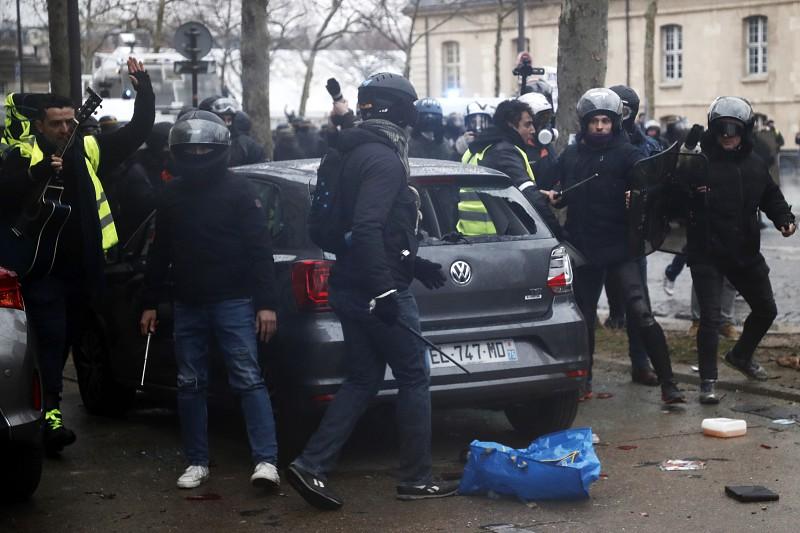Resultado de imagem para Confrontos violentos marcaram as manifestações dos coletes amarelos em França