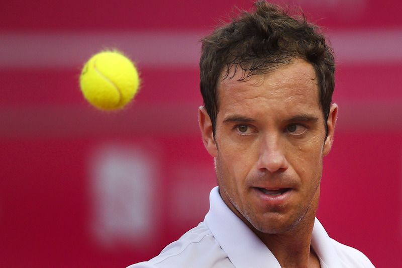 Estoril Open 2015: 3rd day • France's player Richard Gasquet in action against France's Kenny De Schepper (not pictured) during the Estoril Open 2015 second round, in Estoril Tennis Club, outskirts of Lisbon, Portugal, 29 April 2015. MARIO CRUZ/LUSA • Lusa