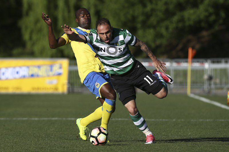 Arouca-Sporting, Bruno César • epa05884900 Arouca´s Mateus (L) fights for the ball with Sporting´s Bruno Cesar during their Portuguese First League soccer match held at Arouca Stadium, Arouca, Portugal,  02 April 2017.  EPA/PAULO NOVAIS • Lusa