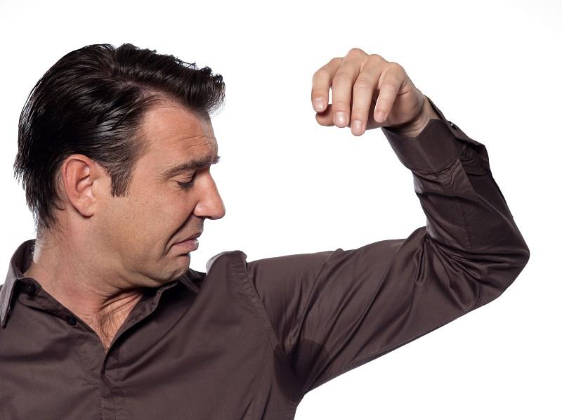 5 passos para transpirar menos das axilas (segundo um médico)