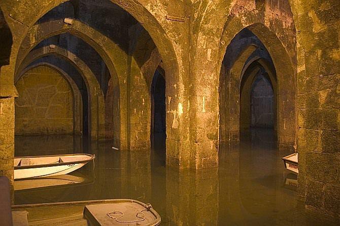 Aqui, pode passear de barco num reservatório subterrâneo com mais de 1200 anos