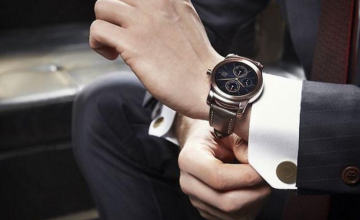 c90fa4921a1 Se gostava ter um smartwatch em ouro saiba que há mais uma opção no mercado.
