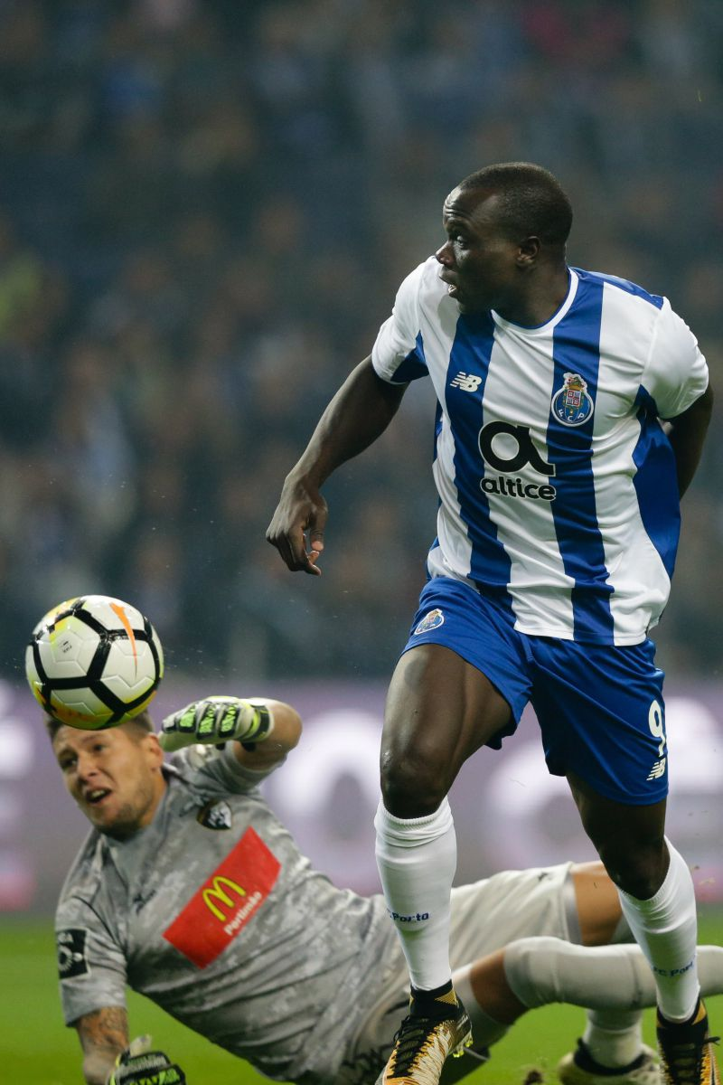 epa06336302 FC Porto's Vincent Aboubakar (R) in action against Portimonense's Carlos Henriques during their Portuguese Cup soccer match, held at Dragao stadium, Porto, Portugal, 17 November 2017.  EPA/JOSE COELHO