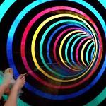 O nome diz tudo. Quem se atrever a experimentar esta diversão, vai dar por si num túnel totalmente escuro que vai sendo iluminado com toda uma variedade de cores e fluorescências, que emergem da escuridão. Saberá que chegou ao final quando vir (literalmente) a luz ao fundo do túnel.