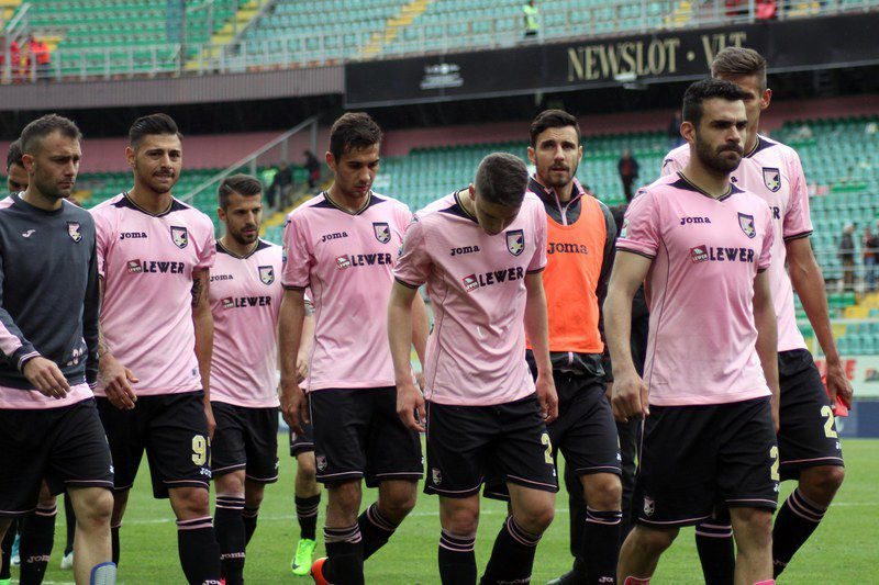 Palermo vs Cagliari • epa05884608 Players of Us Palermo are dejected after the defeat at the end of the Italian Serie A soccer match US Palermo vs Cagliari Calcio at Renzo Barbera stadium in Palermo, Italy, 02 April 2017. EPA/CORRADO LANNINO