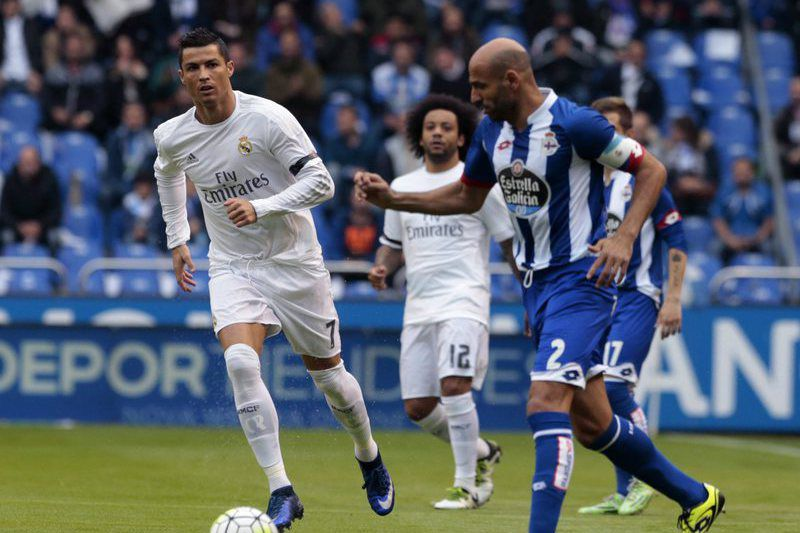 Deportivo vs Real Madrid • epa05305883 Real Madrid's Portuguese forward Cristiano Ronaldo (L) vies for the ball with Manuel Pablo (R), from Deportivo, during their last Primera Division Liga match held at the Riazor Stadium in Santiago at Galicia in Spain on 14 May 2016. Real Madrid and Barcelona play two crucial matches to decide which of them will be proclaimed champions of the Spanish Liga.  EPA/Lavandeira jr • Lusa