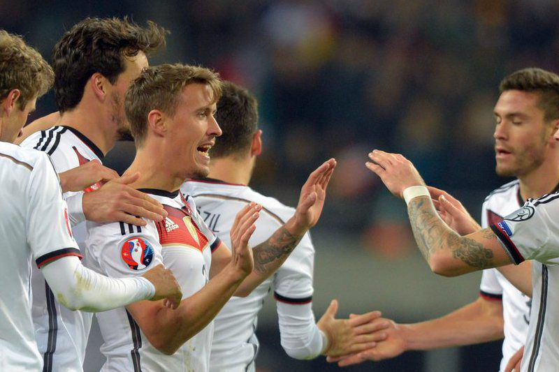 Germany vs Georgia • epa04974221 Max Kruse of Germany (c) celebrates scoring the 2-0 with teammates during the UEFA EURO 2016 qualifying Group D soccer match Germany vs Georgia in Leipzig, Germany, 11 October 2015.  EPA/Thomas Eisenhuth • Lusa