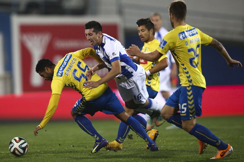 Estoril x FC Porto • FC Porto player Hector Herrera (2-L) vies for the ball with Babanco of Estoril Praia during their Portuguese First League match held at Antonio Coimbra da Mota Stadium in Estoril, Portugal, 09 October 2014. JOSE SENA GOULAO/LUSA • LUSA