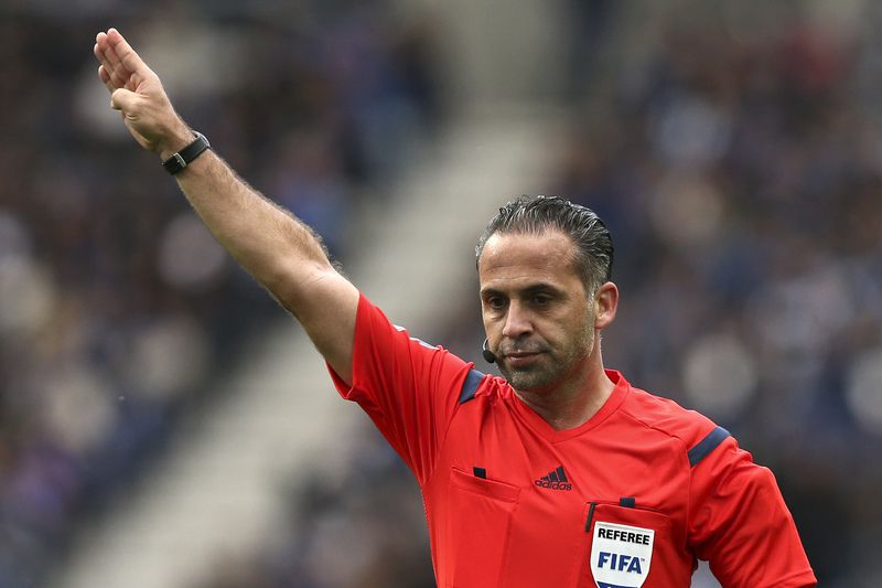 ffaf775a76e2b1fa6cde02709cd97502c7dde21c.jpg • The referee Duarte Gomes during the Portuguese First League soccer match between FC Porto and Academica held at Dragao stadium in Porto, Portugal, 18 April 2015. JOSE COELHO/LUSA • © 2015