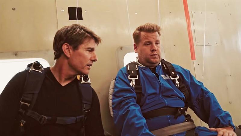 Tom Cruise convence James Corden a saltar de paraquedas: