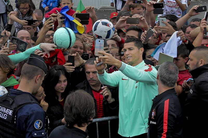 Cristiano Ronaldo no meio da multidão em Marcoussis • Portugal National soccer team player Cristiano Ronaldo with Portugal supporters this afternoon at the French national rugby team's camp in Marcoussis near Paris to take part on the Euro 2016, 3 of July 2016.  • MIGUEL A. LOPES/LUSA