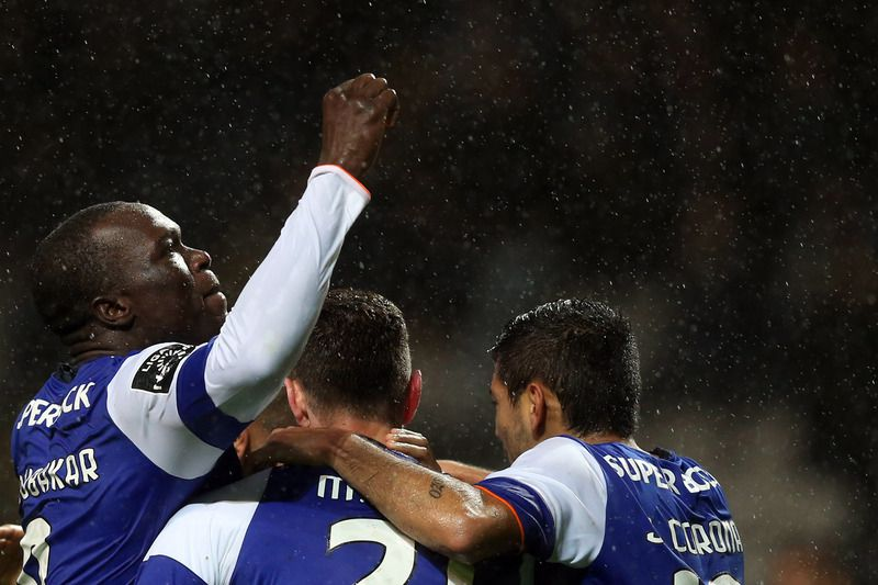 Aboubakar marcou dois golos no Bessa • FC Porto's Aboubakar (L) celebrates with team mates after scoring a goal against Boavista during their Portuguese First League soccer match, held at Bessa stadium, Porto, Portugal, 10th January 2016. • JOSE COELHO/LUSA