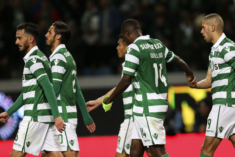 Sporting vs Maritimo • Sporting´s player Slimani (R) celebrates with his teammates after score the third goal against Maritimo during the Portuguese First League soccer match held at Alvalade Stadium, in Lisbon, Portugal, 09 April 2016. MANUEL DE ALMEIDA/LUSA • Lusa