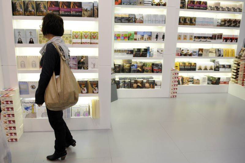 A visitor looks at books at the Turin International book fair on May 13, 2010. India is the guest country of the 2010 Salone internazionel del Libro taking place from May 13 to 17. AFP PHOTO / GIUSEPPE CACACE