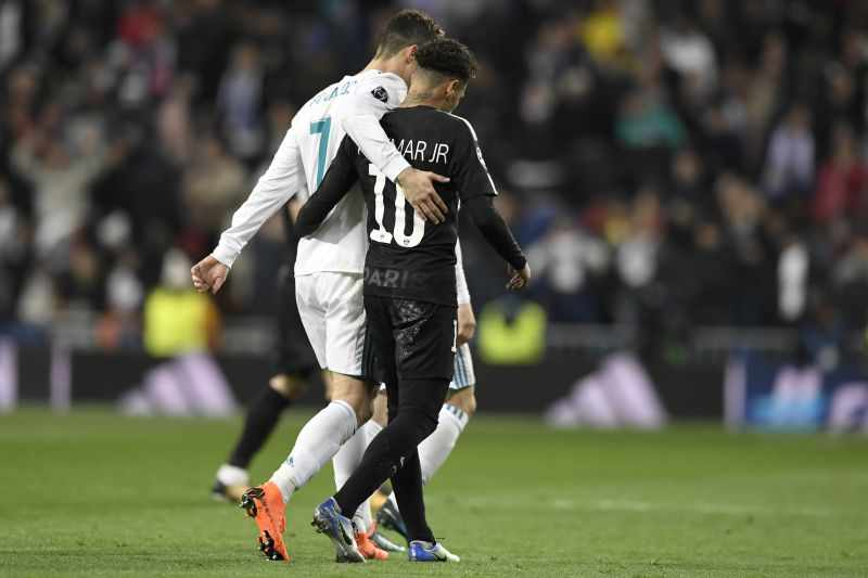 Cristiano Ronaldo e Neymar Jr. abandonam o relvado no final da primeira parte do jogo entre Real Madrid e Paris Saint-Germain.