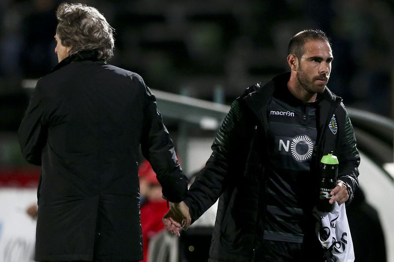 Jorge Jesus e Bruno César no Bonfim • The head coach of Sporting CP Jorge Jesus (L) greets Bruno Cesar after his substitution on his debut during the Portuguese First League match against Vitoria Setubal held at Bonfim Stadium in Setubal, Portugal, 06 January 2016.  • JOSE SENA GOULAO/LUSA