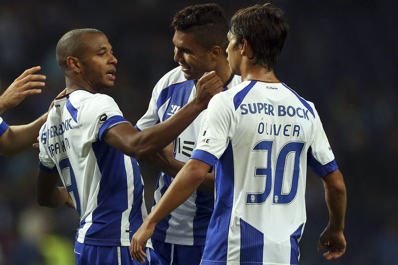 Yacine Brahimi celebra o golo com os colegas no Dragão • FC Porto's Yacine Brahimi (L) celebrates with his teammates Casemiro (C) and Oliver (R) after scoring the second goal against Nacional during their Portuguese First League soccer match held at Dragao stadium in Porto, Portugal, 01 November 2014.  • JOSE COELHO/LUSA