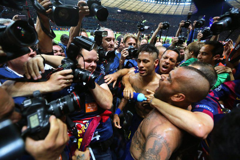 Neymar e Dani Alves celebram conquista da Champions • epa04786983 Barcelona's Neymar (C) celebrates with his teammates after scoring the 3-1 lead during the UEFA Champions League final between Juventus FC and FC Barcelona at the Olympic stadium in Berlin, Germany, 06 June 2015. Barcelona won 3-1.  • EPA/KAY NIETFELD