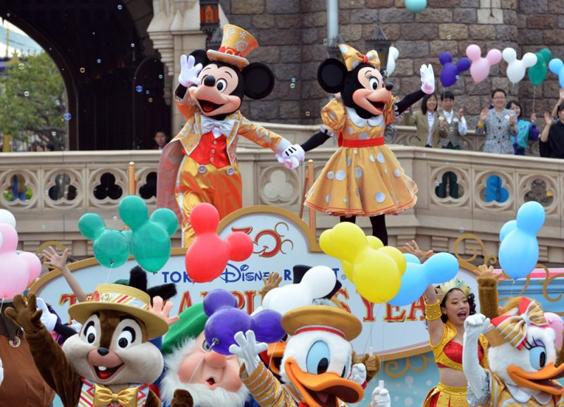 Mickey (L) and Minnie Mouse (R), accompanied by Disney characters, dance to celebrate the 30th anniversary of the Tokyo Disneyland during a ceremony at the Disney theme park in Urayasu, suburban Tokyo on April 15, 2013. Tokyo Disney resort, Tokyo Disneyland and Tokyo DisneySea, drew a combined 567 million visitors in their 30 years.   AFP PHOTO / Yoshikazu TSUNO