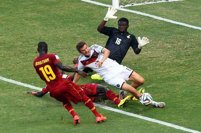 Alemanha - Gana • epa04271544 Germany's Thomas Mueller (C) in action against Ghana's Jonathan Mensah (L) and goalkeeper Fatawu Dauda (R) during the FIFA World Cup 2014 group G preliminary round match between Germany and Ghana at the Estadio Castelao in Fortaleza, Brazil, 21 June 2014.   (RESTRICTIONS APPLY: Editorial Use Only, not used in association with any commercial entity - Images must not be used in any form of alert service or push service of any kind including via mobile alert services, downloads to mobile devices or MMS messaging - Images must appear as still images and must not emulate match action video footage - No alteration is made to, and no text or image is superimposed over, any published image which: (a) intentionally obscures or removes a sponsor identification image; or (b) adds or overlays the commercial identification of any third party which is not officially associated with the FIFA World Cup)  EPA/MARCUS BRANDT   EDITORIAL USE ONLY • Lusa