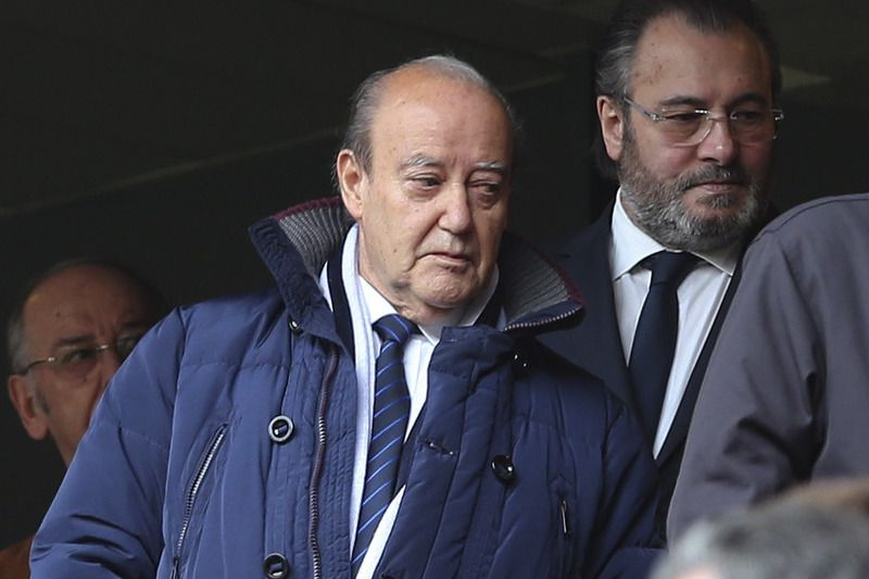 Benfica vs FC Porto • FC Porto's club president, Pinto da Costa (L), arrives prior to their Portuguese First League soccer match against Benfica held at Luz stadium in Lisbon, Portugal, 26 April 2015. STEVEN GOVERNO/LUSA • © 2015
