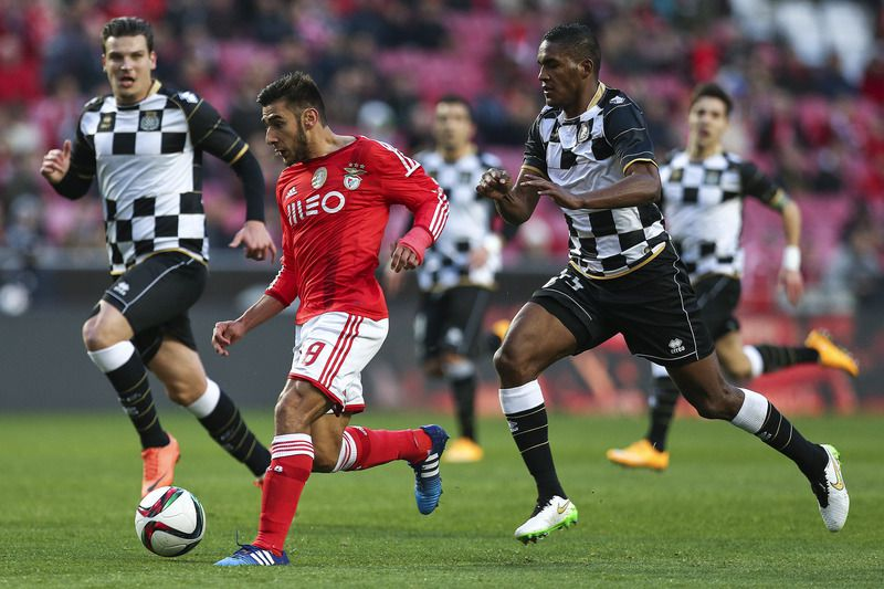 Benfica e Boavista  • SL Benfica's player Salvio (2L) vies for the ball with Beckeles of Boavista during their Portuguese First League soccer match held at Luz Stadium in Lisbon, Portugal, 31 January 2015. MARIO CRUZ/LUSA • LUSA2015
