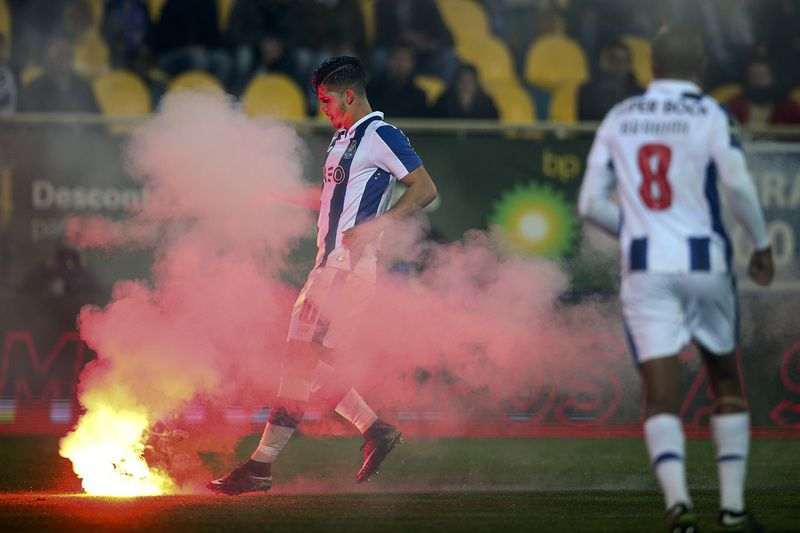 Estoril Praia vs FC Porto • FC Porto player Andre Silva pulls a firecracker on the pitch during the Portuguese First League Soccer match between Estoril Praia vs FC Porto, at Coimbra da Mota stadium in Estoril, near of Lisbon, 28 January 2017. ANTONIO COTRIM/LUSA  • © 2017 LUSA - Agência de Notícias de Portugal, S.A.