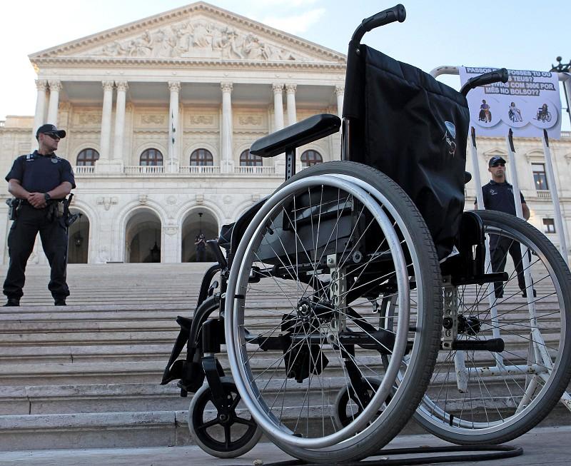 Médias e grandes empresas obrigadas a partir de hoje a contratar pessoas com deficiência