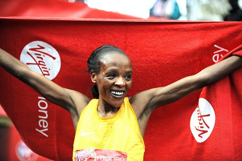 London Marathon 2016 • epa05275198 Jemima Sumgong of Kenya celebrates after winning the women's race of the London Marathon, Britain, 24 April 2016.  EPA/GERRY PENNY • Lusa