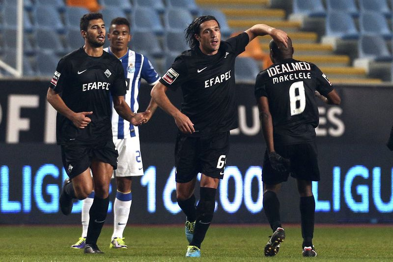 Académica - FCP • Academica's Fernando Alexandre (C) celebrates with teammates after scoring a goal against FC Porto during the Portuguese First League soccer match held at Cidade de Coimbra Stadium in Coimbra, Portugal, 30 November 2013.  • Paulo Novais