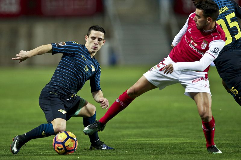 Final da Taça da Liga • Braga player Rui Horta (R)  in action against Moreirense Daniel Podence during the  Cup League final match between Braga vs Moreirense at Algarve Stadium in Faro, south of Portugal, 29 January 2017. ANTONIO COTRIM/LUSA • Lusa
