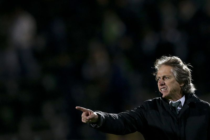 Vitoria Setubal vs Sporting CP • The head coach of Sporting CP Jorge Jesus reacts during the Portuguese First League soccer match against Vitoria Setubal held at Bonfim Stadium in Setubal, Portugal, 06 January 2016. JOSE SENA GOULAO/LUSA • Lusa