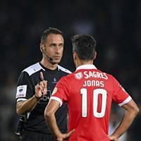 Jonas fala com o árbitro Artur Soares Dias