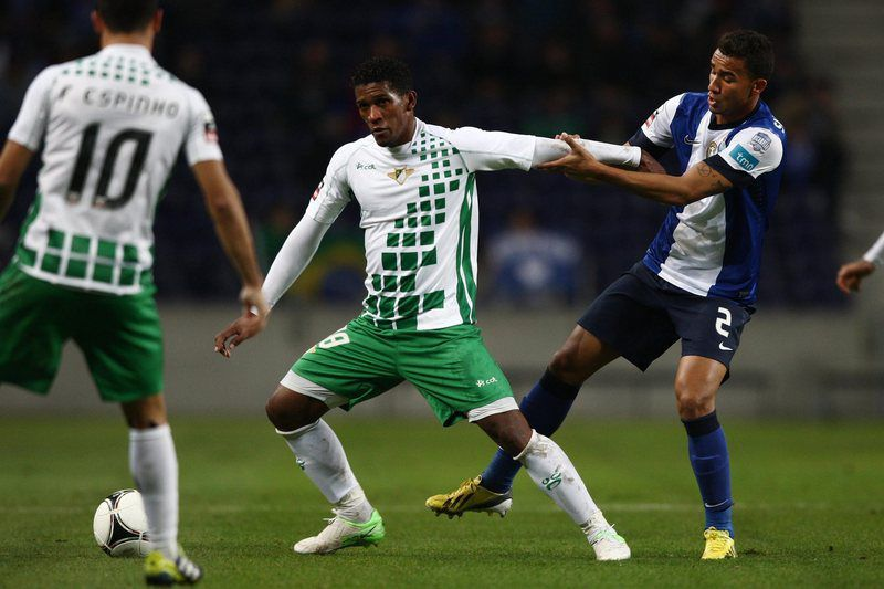 fc porto - moreirense • epa03502027 FC Porto's Danilo Silva (R) vies for the ball with Júlio César of Moreirense during their Portuguese First League soccer match at Dragao stadium in Porto, Portugal, 08 December 2012. EPA/ESTELA SILVA • EPA/ESTELA SILVA