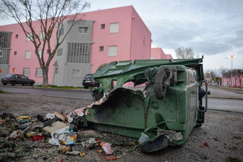 Resultado de imagem para Atos de vandalismo repetem-se pela terceira noite consecutiva, desta vez com 30 caixotes do lixo e um autocarro incendiados