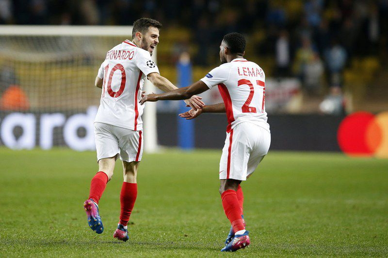 Bernardo festeja com Lemar • epa05850643 Bernardo Silva (L) of AS Monaco celebrates with teammate Thomas Lemar (R) their 1-0 lead during the UEFA Champions League Round of 16, second leg soccer match between AS Monaco and Manchester City, at Stade Louis II, in Monaco, 15 March 2017.  EPA/SEBASTIEN NOGIER • EPA/SEBASTIEN NOGIER