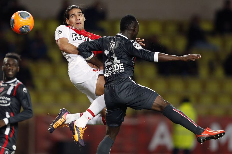 Monaco's Colombian forward Radamel Falcao heads the ball with Valenciennes' Senegalese defender Saliou Ciss (R) during the French L1 football match between Monaco and Valenciennes at the